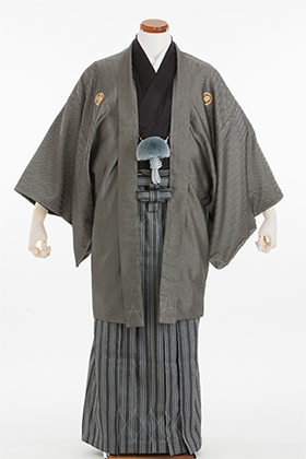 成人式用 紋付・袴 070064 グレー杉綾ラメ羽織・黒着物・ロード黒縞袴 175cm前後